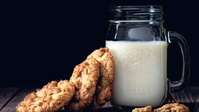 Безлактозне молоко: кому підходить та чим корисне