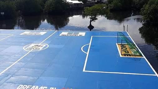 За м'ячем доведеться пливти: благодійники збудували футбольне поле просто в морі